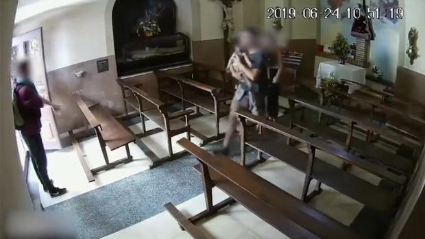 Momento del robo en la iglesia de Berga