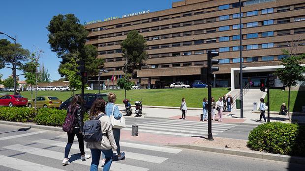 Acceso al hospital de Albacete, donde ha sido trasladada la bebé atropellada