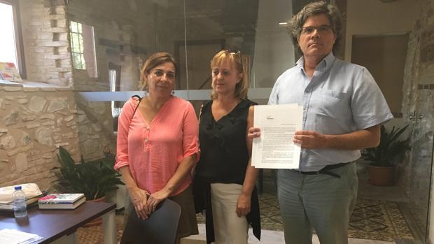 José Castro, exalcalde de Burguillos, junto a sus compañeras Mercedes Gómez y Carmen Sesmero