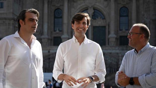 Pablo Montesinos, este viernes en Santiago con Diego Calvo y Miguel Tellado