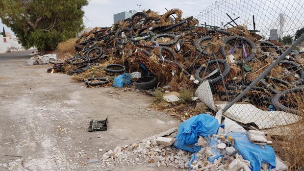 Un montón de basura, restos de poda y neumáticos junto al cementerio de San José en Castellón