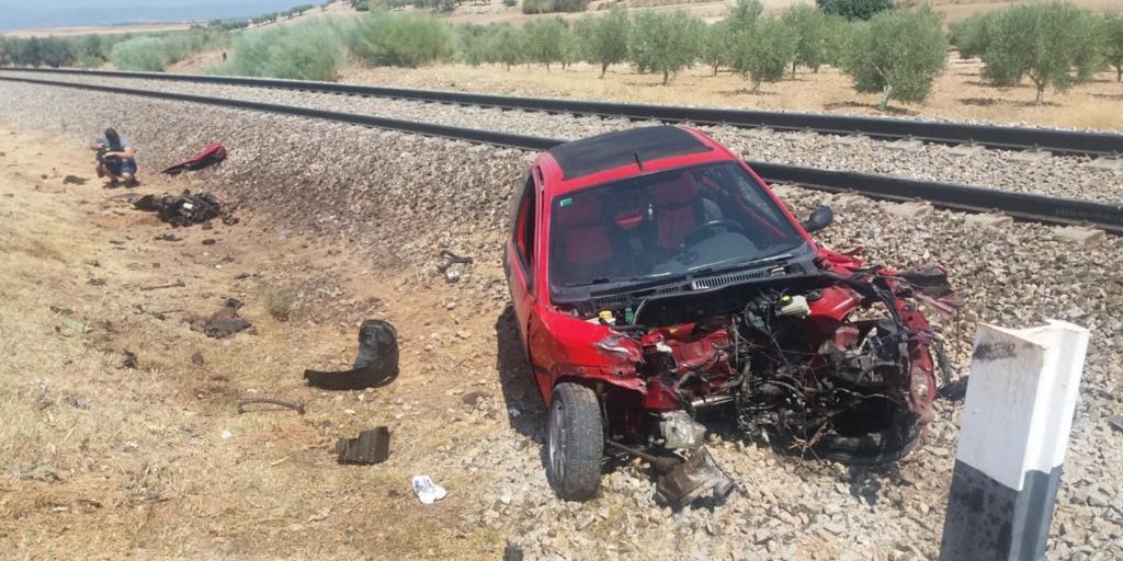 Heridos un hombre y su hija tras ser arrollado su coche por el tren en Domingo Pérez
