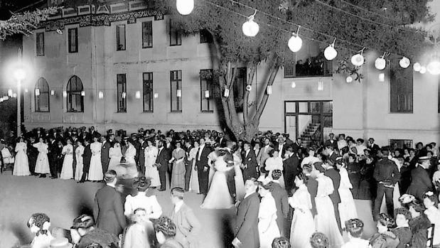 Baile en la colonia veraniega de El Escorial en 1908