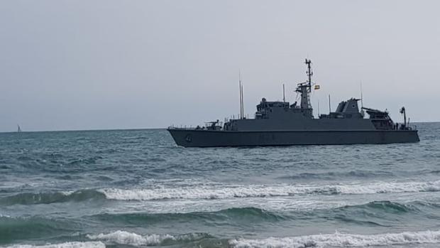 Imagen del buque Cazaminas «Turia» de la Armada Española cerca de la playa donde ha encallado