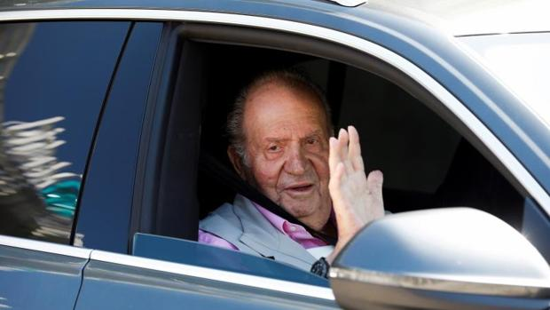 Don Juan Carlos habla con la prensa desde el automóvil tras recibir ayer el alta hospitalaria