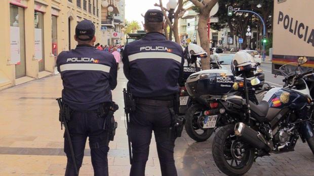 Dos agentes de la Policía Nacional en Alicante