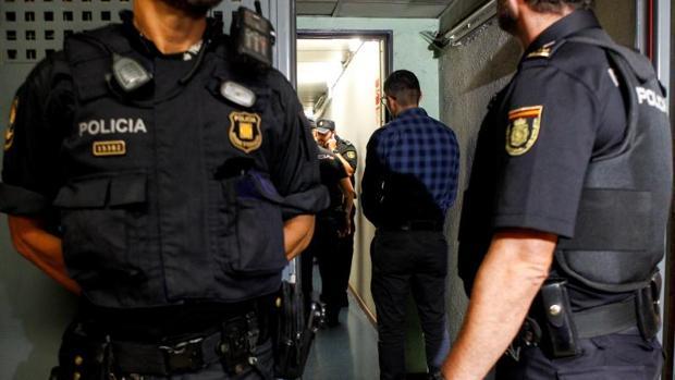 Mossos de Esquadra y agentes de la Policía Nacional en un operativo contra carteristas en el metro