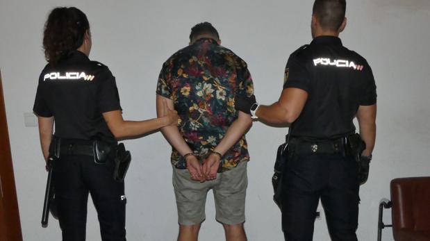 El «ladrón turista» con sus bermudas y la camisa hawaina, tras su detención