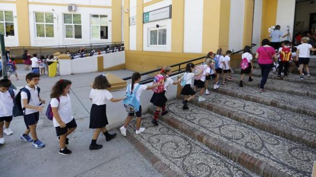 Niños entrando en un colegio el primer día del curso escolar