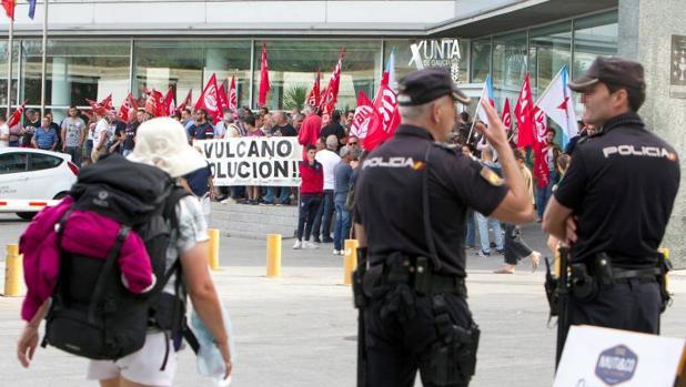 Protesta de los trabajadores de Vulcano ante la sede de la Xunta en Vigo