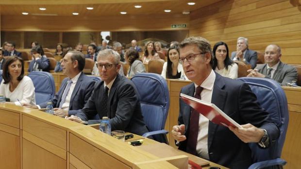 Feijóo, al frente de la bancada popular, este miércoles en el Parlamento gallego
