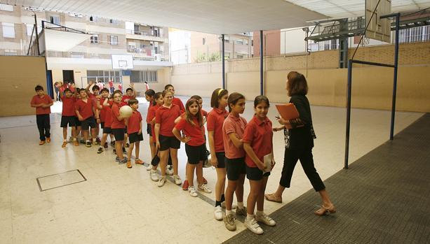 Un grupo de chavales, en la clase de educación física de su colegio