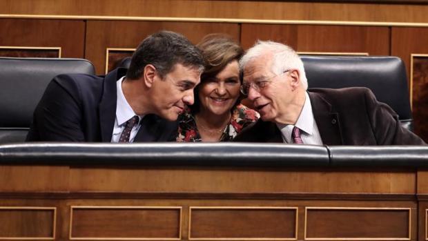Pedro Sánchez, junto con Carmen Calvo y Josep Borrel en el Congreso de los Diputados