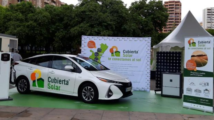 Presentan en Benidorm el primer coche híbrido que funciona con placas solares en España