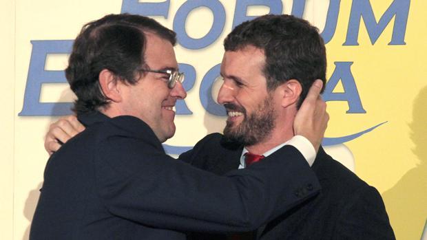 Alfonso Fernández Mañueco y Pablo Casado se saludan durante el desayuno informativo organizado por Fórum Europa
