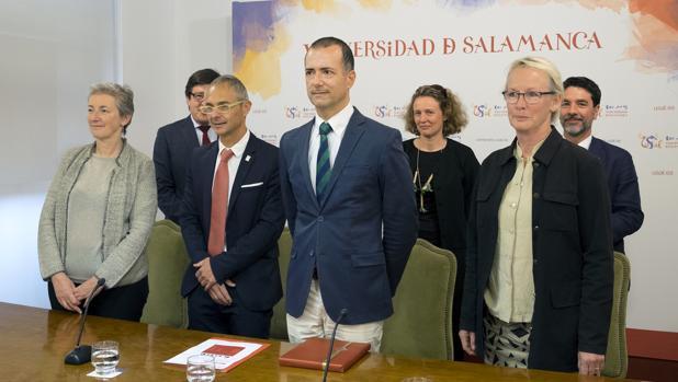 El rector de la Usal, junto a los representantes de la Universidad de La Sorbona y la de Estocolmo