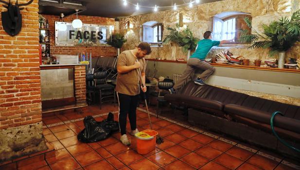 En el bar El niño perdido, de la calle Esgueva, seguían horas después limpiado el agua, au subió casi un metro