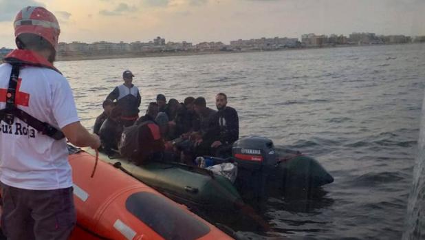Rescate de los 10 inmigrantes en una imagen difundida por Cruz Roja en sus redes sociales