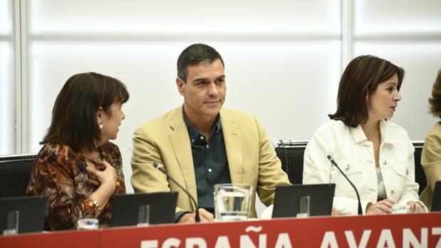 Pedro Sánchez, presidente del Gobierno en funciones, hoy en la Ejecutiva del PSOE junto a Cristina Narbona (izq.) y Adriana Lastra (der.)