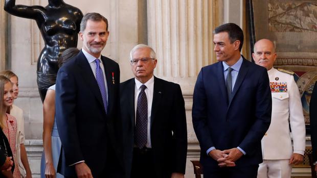 El Rey junto a Josep Borrell y Pedro Sánchez, en junio