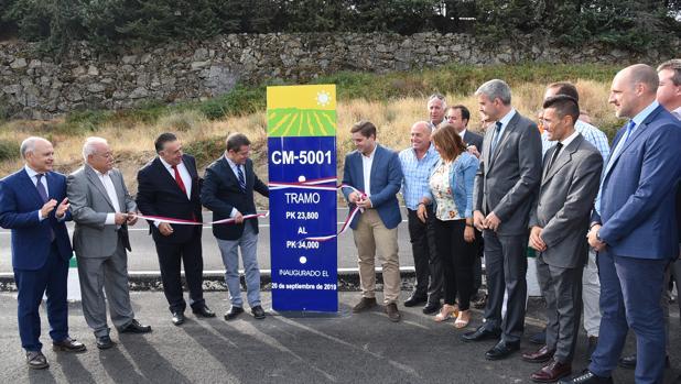 Emiliano García-Page y Nacho Hernando durante la inauguración del nuevo tramo de carretera