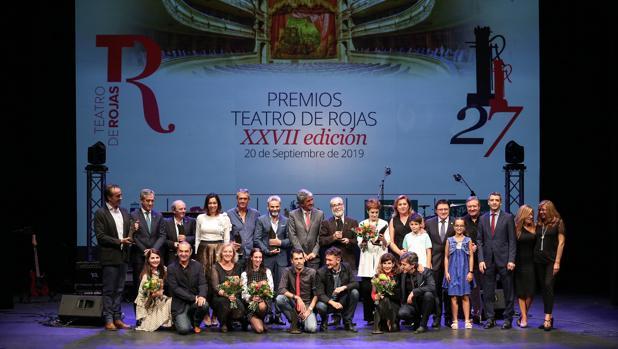 Los galardonados con los Premios Teatro de Rojas posan junto a las autoridades locales