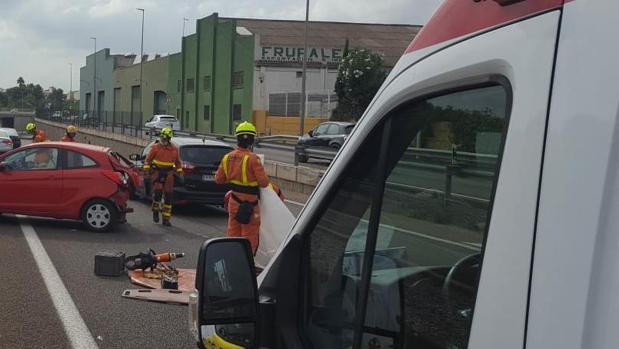 Bomberos del Consorcio de Valencia excarcelando a personas en un accidente este viernes
