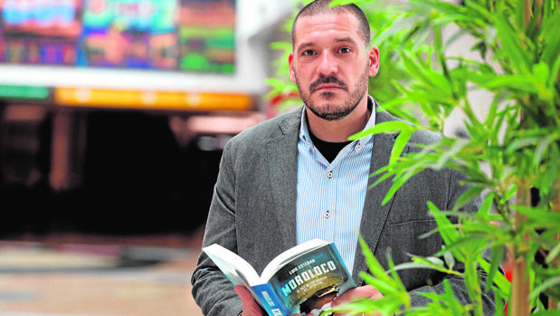 El comisario Luis Esteban, con su última novela, «Monoloco»
