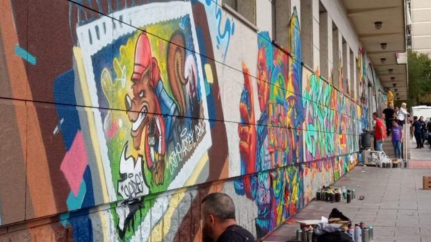 Actividad de pintura de grafitis en la fachada del Centro Joven de Alcorcón