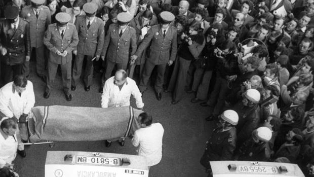 Traslado de los restos mortales del ex alcalde de Barcelona Joaquín Viola y su esposa, Montserrat Tarragona, asesinados en 1978