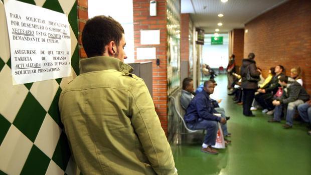 Parados esperando turno en una Oficina de Empleo de Zaragoza