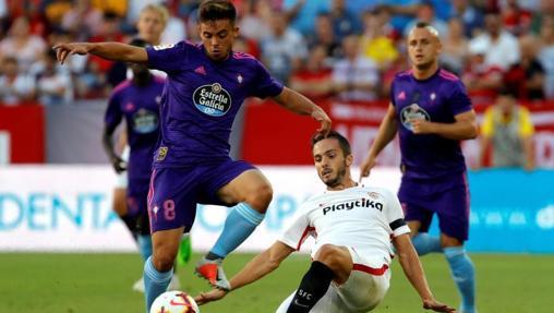 Fran Beltrán controlando un balón ante el Sevilla