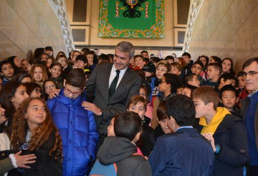 Álvaro Gutiérrez rodeado de los escolares de Seseña y Torrijos