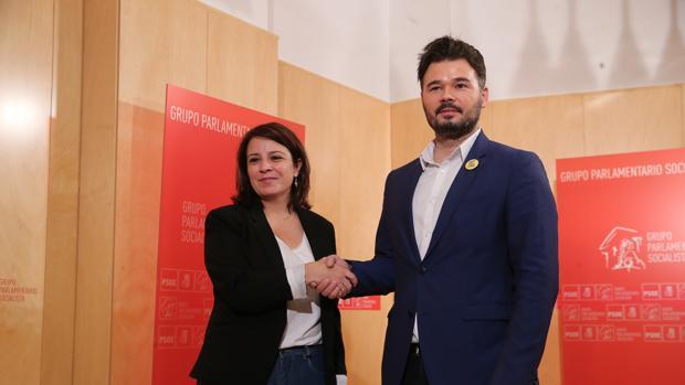 La portavoz del PSOE en el Congreso de los Diputados, Adriana Lastra (izda) y su homólogo de ERC, Gabriel Rufián