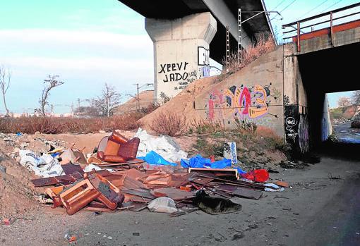 Muebles tirados en el camino del Pozo del Tío Raimundo