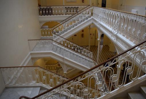 La escalera es uno de los elementos arquitectónicos más destacados del edificio