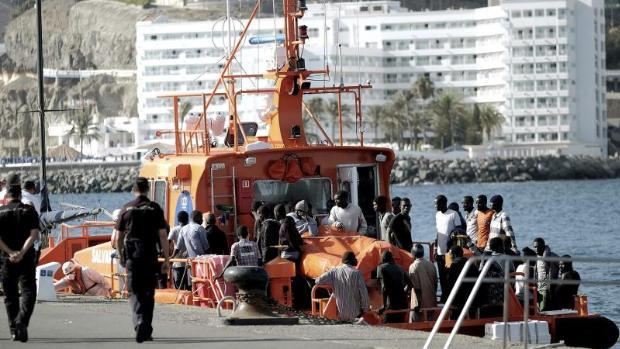 Llega una patera al puerto de Arguineguín, en Gran Canaria