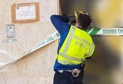 Un guardia civil precinta uno de los dos locales donde se incumplía el estado de alarma