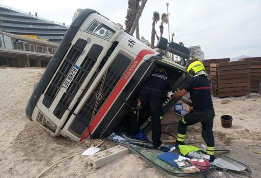 El conductor ha podido salir por sí mismo de la cabina del vehículo