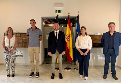 Imagen de la reunión del presidente de la Diputación, Toni Gaspar, con los representantes de la pirotecnia valenciana