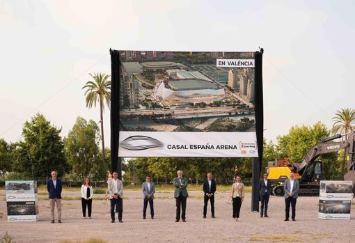 Imagen del equipo de Licampa en el incio de las obras del Casal España Arena