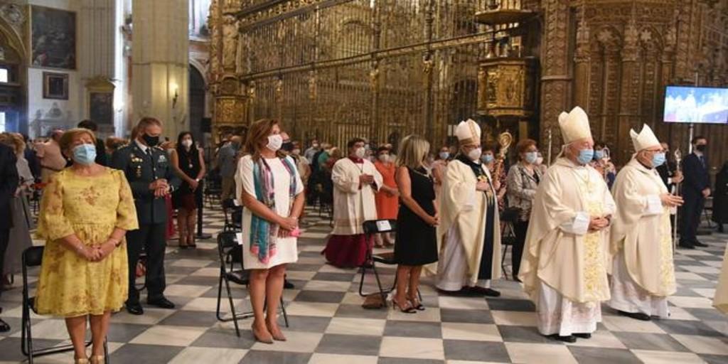 Medio millar de personas festejan a la Virgen del Sagrario a puerta cerrada en la catedral