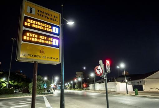 Imagen de un panel informativo de tráfico que alertaba del toque de queda