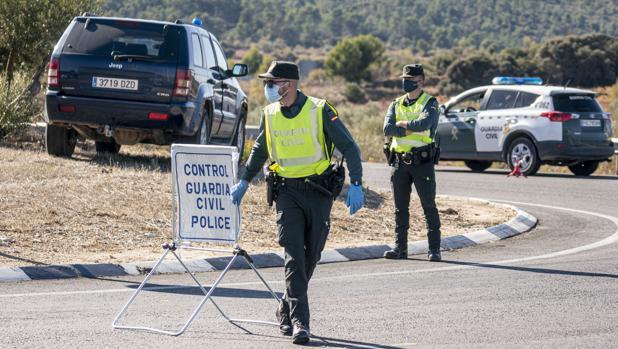 Control de tráfico en la España confinada: «De aquí no pasa nadie sin un certificado»