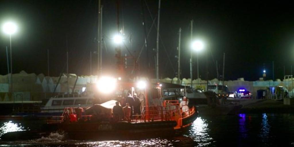 Al menos cuatro muertos tras volcar una patera a pocos metros de la orilla en Lanzarote