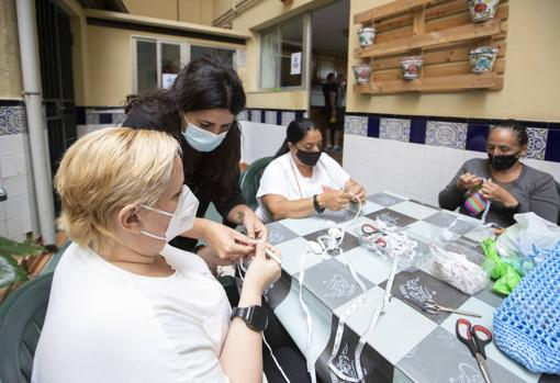 Image of Paula Camarasa, one of those responsible for the workshop, together with her students
