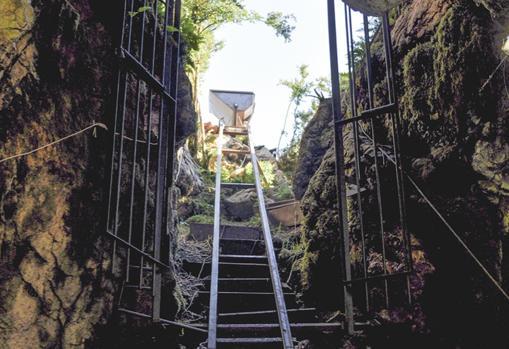 Zona de acceso a la cueva de Els Trocs, protegida con puertas de rejas para salvaguardar el yacimiento