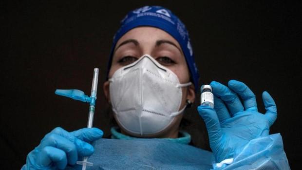 Coronavirus Galicia: un juez obliga a vacunar a una anciana dependiente de Santiago pese a la negativa de su hija