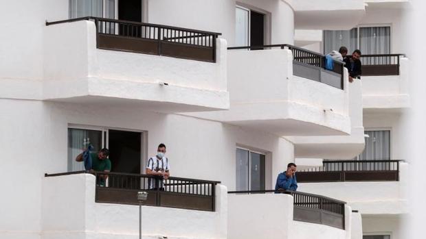 Mogán expedienta a diez hoteles por alojar a inmigrantes