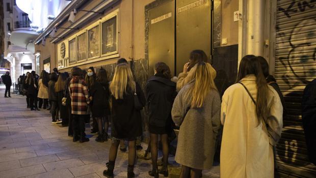 Largas colas en el Teatro Barceló un día después de la fiesta: «Es muy fácil culpar a los jóvenes»